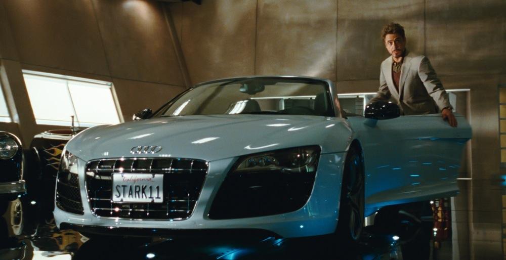 Тони Старк рядом с машиной