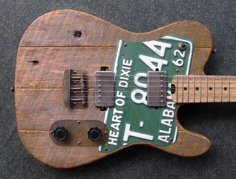 Деревянная гитара с номерным знаком