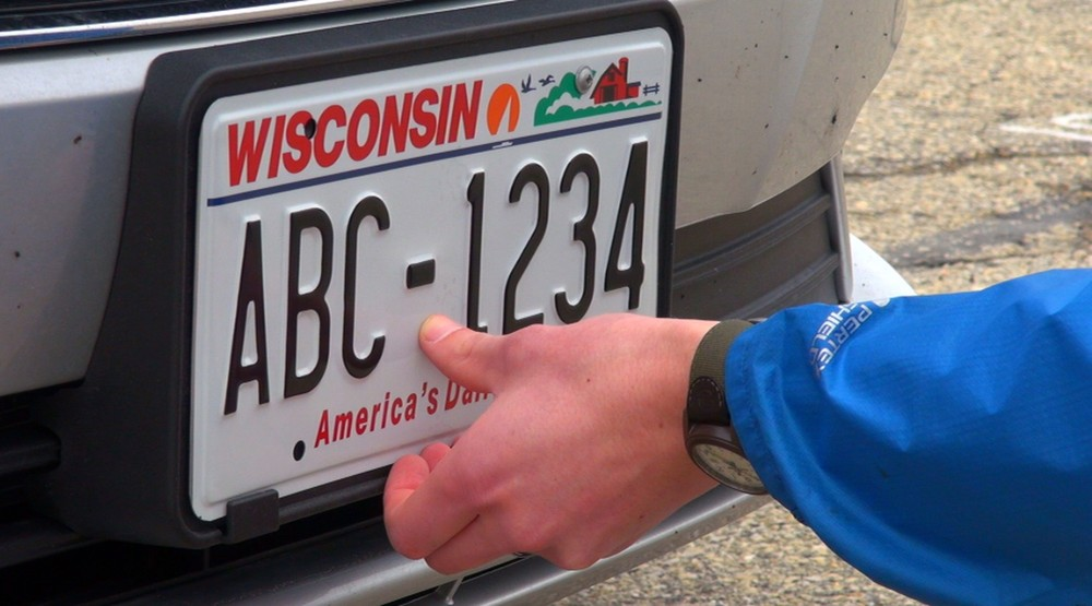 Номерной знак Висконсина на автомобиле