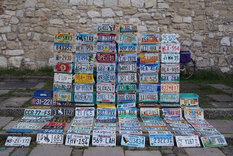 Коллекция номерных знаков Америки выложенная на улице